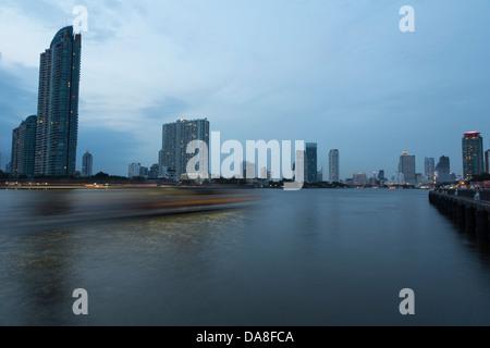 La vitesse du bateau sur la rivière Chao Praya, à Bangkok, Thaïlande capitale Banque D'Images