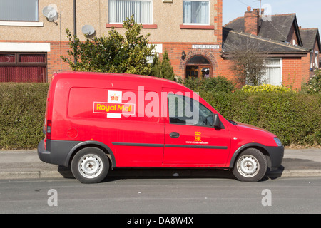 Un poste de la Royal Mail delivery van stationné dans la rue à l'extérieur d'une maison jumelée dans le nord de Banque D'Images