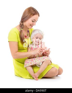 La mère et l'enfant assis et le décompte des doigts isolated on white Banque D'Images