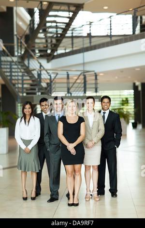 Portrait des gens d'affaires du groupe in modern office Banque D'Images