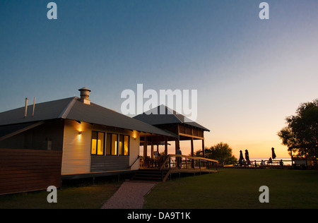 Le pavillon principal de Kooljaman, peuples wilderness camp de cap Leveque, péninsule Dampier, Kimberley, au coucher Banque D'Images