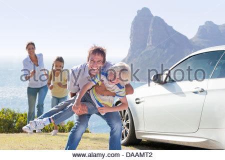 Portrait de famille ludique extérieur près de ocean Banque D'Images