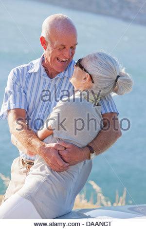 Heureux couple hugging near ocean Banque D'Images