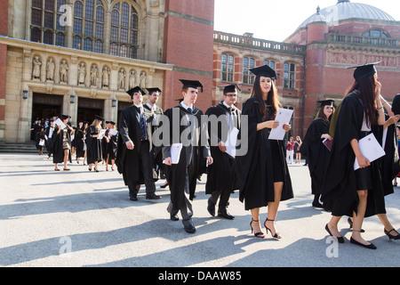 La grande salle laissant les diplômés à l'Université de Birmingham, Royaume-Uni, après la cérémonie de remise des Banque D'Images