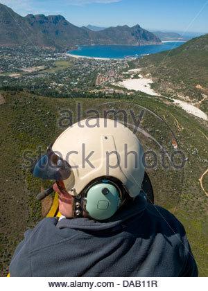 L'Homme volant au-dessus de Hout Bay, Cape Town, Afrique du Sud Banque D'Images