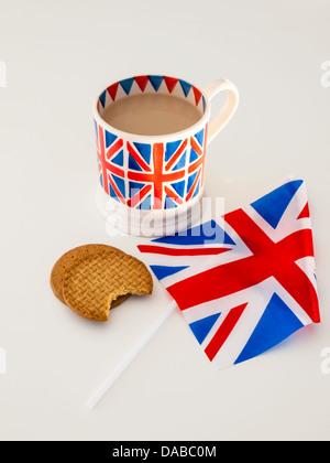 Une tasse de thé anglais voie lactée dans une Union Jack britannique biscuits digestifs avec mug et un drapeau britannique Banque D'Images
