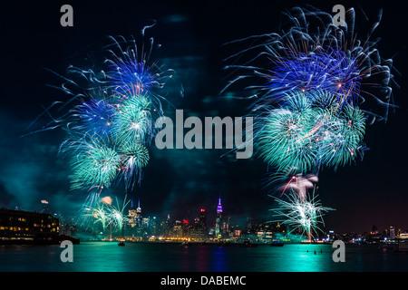 Macy's 4 juillet feu d'artifice sur la rivière Hudson à Manhattan et l'Empire State Building en arrière-plan Banque D'Images