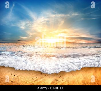 Plage de sable jaune tropical et ciel bleu Banque D'Images