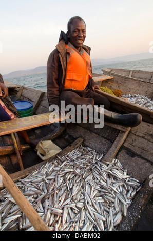 Pêcheur sur le lac Tanganyika pour cichlidés de pêche tôt le matin pour vendre dans le marché de poissons local, Banque D'Images