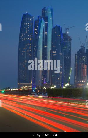Les tours de l'émirat et feux arrière voiture la nuit, Abu Dhabi, Émirats arabes unis, Moyen Orient Banque D'Images