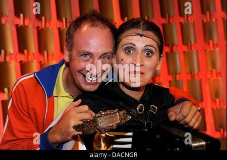 Musicien Carmela De Feo reçoit le prix de la musique une pose avec le comédien Emmanuel Peterfalvi aussi connu comme Alfons, au prix Cabaret bavaroise à Munich, Allemagne, 27 septembre 2011. Depuis 1999, le prix est décerné à des artistes de tous les pays de langue allemande dans quatre catégories différentes. La cérémonie sera diffusée sur la chaîne de télévision La télévision bavaroise le 7 octobre un