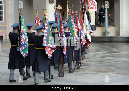Guardsman mars avant le service funèbre pour l'ancien président tchèque Vaclav Havel à la cathédrale Saint-Guy de Prague, en République tchèque, le 23 décembre 2011. Havel est décédée le 18 décembre 2011 âgé de 75 ans. Photo: DAVID EBENER