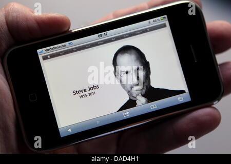 Une image de co-fondateur d'Apple, Steve Jobs, et sa naissance et la date de la mort sont featuresd sur la page Banque D'Images