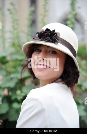 Jeune femme portant des vêtements vintage rétro à l'immense labyrinthe de Royal Pavilion Brighton UK Banque D'Images