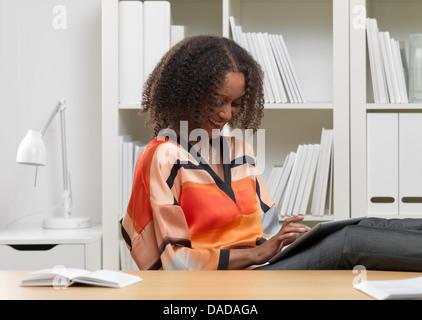 Smiling businesswoman using digital tablet Banque D'Images
