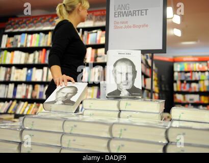 La biographie du fondateur d'Apple, Steve Jobs, est empilé sur une table à la librairie Dussmann à Berlin, Allemagne, Banque D'Images
