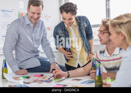 Office colleagues discussing plans créatifs sur 24
