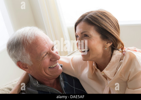 Femme mature et senior man hugging, rire Banque D'Images