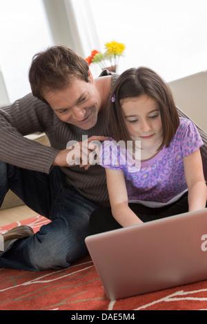 Père et fille using laptop Banque D'Images