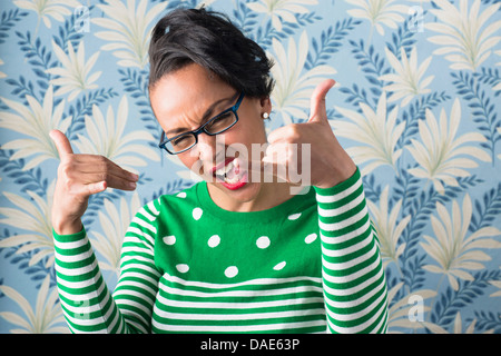 Retro style portrait of woman with Thumbs up Banque D'Images