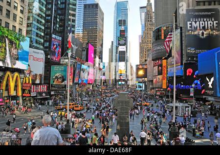 Vue panoramique sur la place à la Duffy surpeuplés Times Square à Midtown, USA, New York, Manhattan Banque D'Images