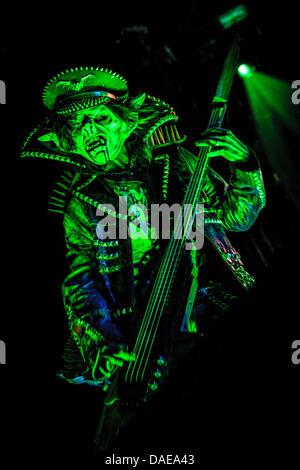 Toronto, Ontario, Canada. 10 juillet, 2013. PIGGY D. bassiste de Rob Zombie, joue sur la scène à l'Amphithéâtre Molson Canadian hedlining Rockstar Energy Drink Mayhem Festival à Toronto. Crédit: Igor/Vidyashev ZUMAPRESS.com/Alamy Live News