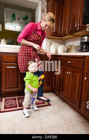 Jeune homme tout-petit et grand-mère dans la cuisine Banque D'Images