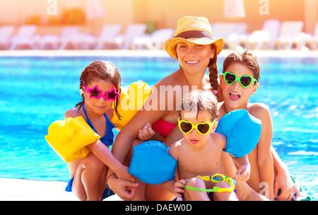 Grande famille heureuse s'amuser à la piscine, les dépenses de l'été vacances ensemble, portant des lunettes colorées Banque D'Images