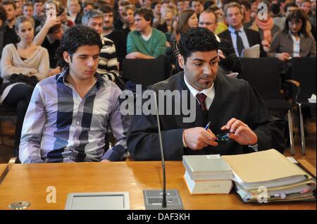 Élève Yunus Mitschele (L) de Berlin se trouve à côté de son avocat turc, Yasar tout en étant filmé au début d'une Banque D'Images