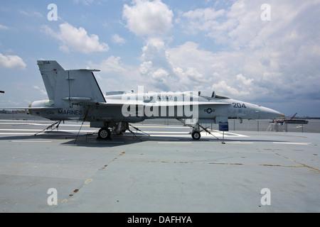 F/A-18A fighter jet sur l'envol de l'USS Yorktown le porte-avions amarré à Patriot's Point en Caroline du Sud Banque D'Images