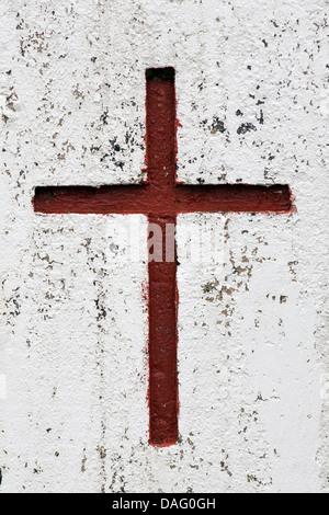 Croix rouge sur le mur de l'église - près de Vik, le sud de l'Islande Banque D'Images