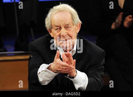 """L'auteur allemand Siegfried Lenz parle pendant une matinée à l'occasion de son 85e anniversaire à la NDR studios à Hambourg, Allemagne, 20 mars 2011. Lenz a écrit sur l'histoire de l'Allemagne dans des romans tels que """"eutschstunde' ou 'Heimatmuseum'. Photo: Angelika Warmuth"""