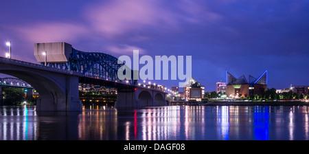 Le centre-ville de Chattanooga, Tennessee à partir de l'ensemble de la rivière Tennessee. Banque D'Images