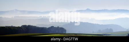 Massif de l'Eifel, en vue de Nuerburg et Hohe Acht, Allemagne, Rhénanie-Palatinat, Hohe Eifel, Leudersdorf Banque D'Images
