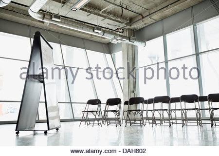 Intérieur de salle de présentation vide avec des chaises et un tableau blanc Banque D'Images