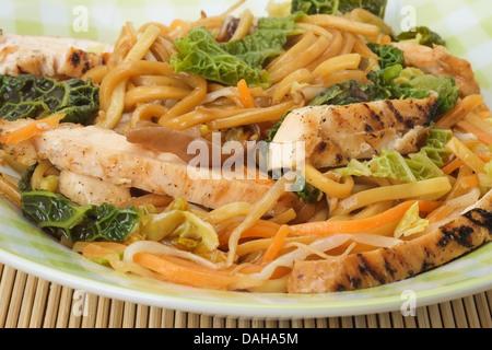 Chow mein au poulet avec légumes Banque D'Images