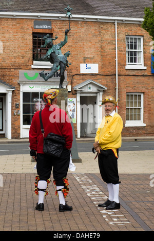Morris men dans les rues de Stratford Upon Avon Banque D'Images