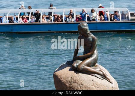 Les touristes en visite en mer en bateau la célèbre statue de la petite sirène sur le quai du port de Copenhague, Banque D'Images