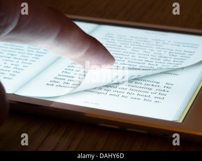 Tourner la page de l'ebook reader sur un ordinateur tablette iPad mini Banque D'Images
