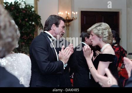 Diana, princesse de Galles danse avec l'acteur Tom Selleck lors d'un dîner de gala à la Maison Blanche le 9 novembre 1985 à Washington, DC.