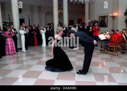L'acteur John Travolta arcs à Diana, princesse de Galles après leur danse lors d'un dîner de gala à la Maison Blanche le 9 novembre 1985 à Washington, DC.