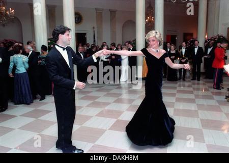 Diana, princesse de Galles danse avec l'acteur John Travolta lors d'un dîner de gala à la Maison Blanche le 9 novembre 1985 à Washington, DC.
