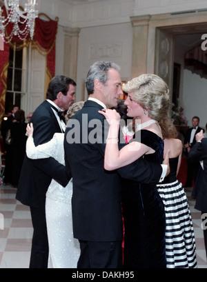 Diana, princesse de Galles danse avec Clint Eastwood acteur lors d'un dîner de gala à la Maison Blanche en son honneur le 9 novembre 1985 à Washington, DC.