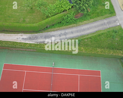 Vue aérienne vers le chemin et d'une partie de tennis, de l'Allemagne, Rhénanie du Nord-Westphalie Banque D'Images