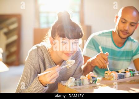 Couple eating sushi ensemble Banque D'Images