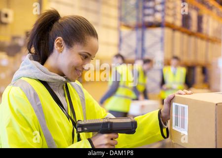 L'analyse des travailleurs d'entrepôt en boîte Banque D'Images