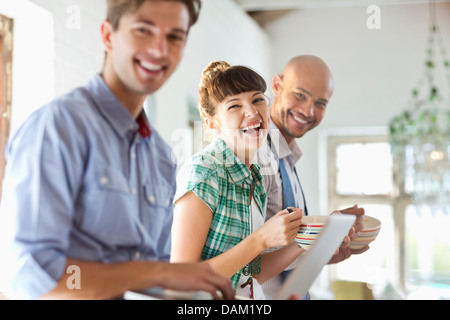 Les amis de prendre le petit déjeuner ensemble dans la cuisine Banque D'Images