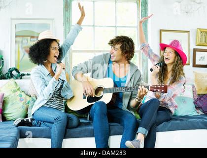 Les amis chanter et jouer de la musique ensemble Banque D'Images
