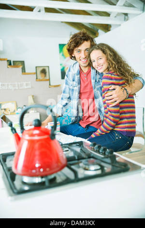 Couple hugging in kitchen Banque D'Images