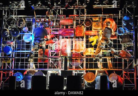 Acteurs de la 'Stomp' bande de percussion pendre sur la scène du théâtre Capitol à Duesseldorf, Allemagne, 1 juin Banque D'Images